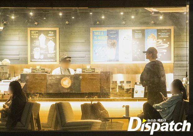 Lợi hại như Dispatch: Khui được ảnh hẹn hò của tài tử So Ji Sub với nữ thần phát thanh viên kém 17 tuổi đài SBS - Ảnh 1.