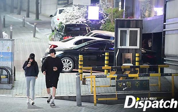 Lợi hại như Dispatch: Khui được ảnh hẹn hò của tài tử So Ji Sub với nữ thần phát thanh viên kém 17 tuổi đài SBS - Ảnh 7.