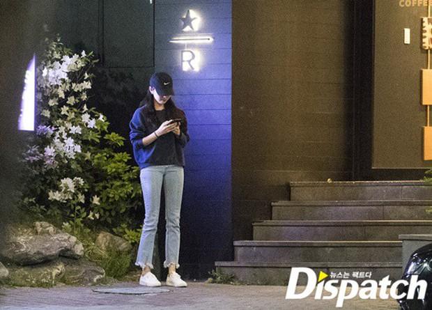 Lợi hại như Dispatch: Khui được ảnh hẹn hò của tài tử So Ji Sub với nữ thần phát thanh viên kém 17 tuổi đài SBS - Ảnh 2.