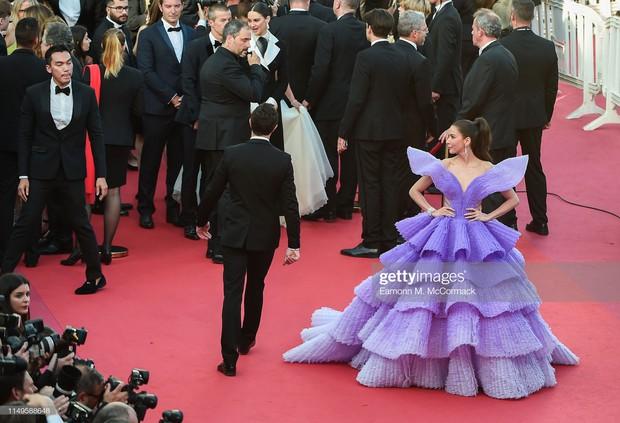 Hình ảnh thú vị: Đụng độ tại thảm đỏ Cannes, Chị đại showbiz Thái được chăm sóc nhiệt tình, lấn át cả Bella Hadid - Ảnh 3.