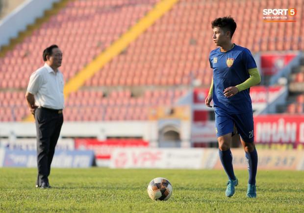 Thuyền trưởng CLB Thanh Hoá bị học trò trêu chọc vì có cách hạ nhiệt siêu dị - Ảnh 10.
