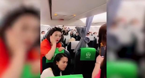 Bà mẹ không cho đóng cửa máy bay để chờ con gái mua hàng miễn thuế - Ảnh 2.