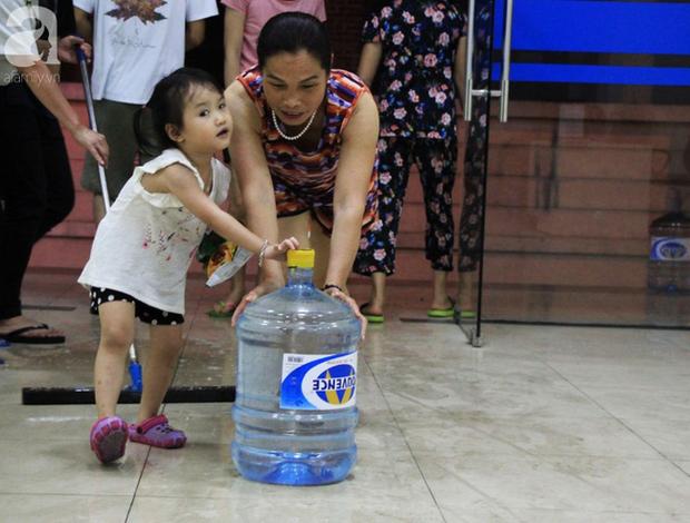 Hà Nội: Giữa đợt nắng nóng đỉnh điểm, 200 hộ dân chung cư nhốn nháo vì mất nước sinh hoạt - Ảnh 1.