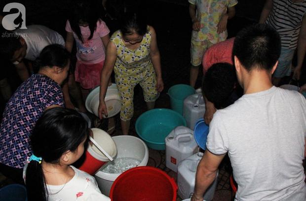 Hà Nội: Giữa đợt nắng nóng đỉnh điểm, 200 hộ dân chung cư nhốn nháo vì mất nước sinh hoạt - Ảnh 2.