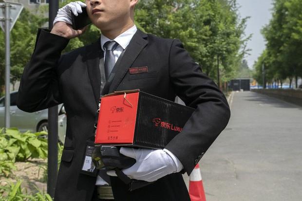 Khám phá dịch vụ mua hàng xa xỉ qua mạng tại Trung Quốc: Shipper đi Mẹc, mặc suit, đeo găng trắng, giao hàng giống như tiến hành một nghi lễ - Ảnh 1.