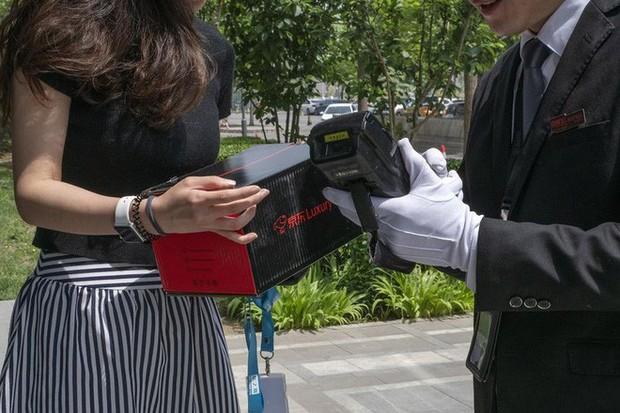 Khám phá dịch vụ mua hàng xa xỉ qua mạng tại Trung Quốc: Shipper đi Mẹc, mặc suit, đeo găng trắng, giao hàng giống như tiến hành một nghi lễ - Ảnh 3.