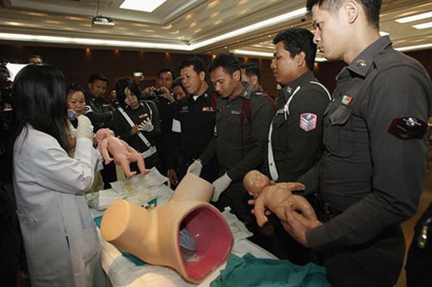 Thái Lan: Cảnh sát dẹp đường cho thai phụ chuyển dạ đi đẻ - Ảnh 10.