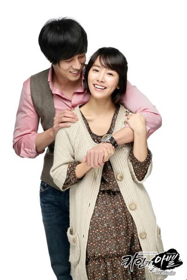 Tình ái rắc rối của So Ji Sub: Công khai với mỹ nhân kém 17 tuổi nhưng dính tin hẹn hò Son Ye Jin và toàn minh tinh - Ảnh 7.