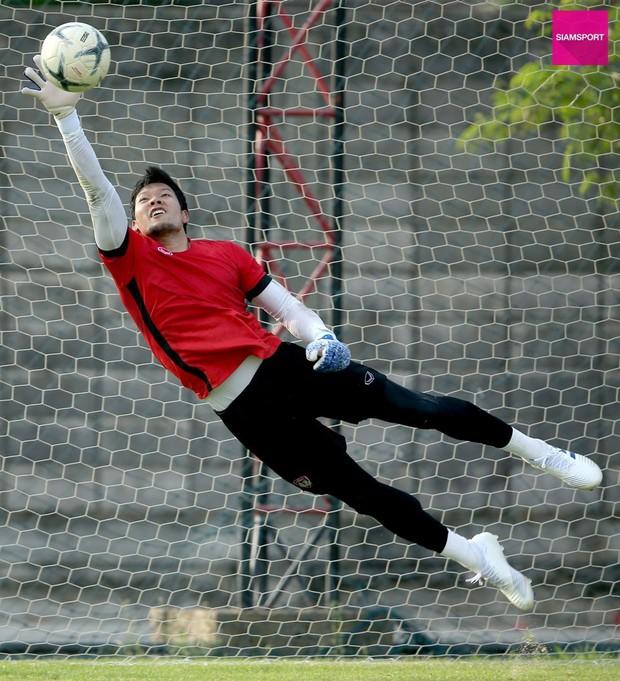 Văn Lâm tập chung với thần tượng kiêm đối thủ là thủ môn số 1 tuyển Thái Lan ngay trước thềm Kings Cup - Ảnh 4.