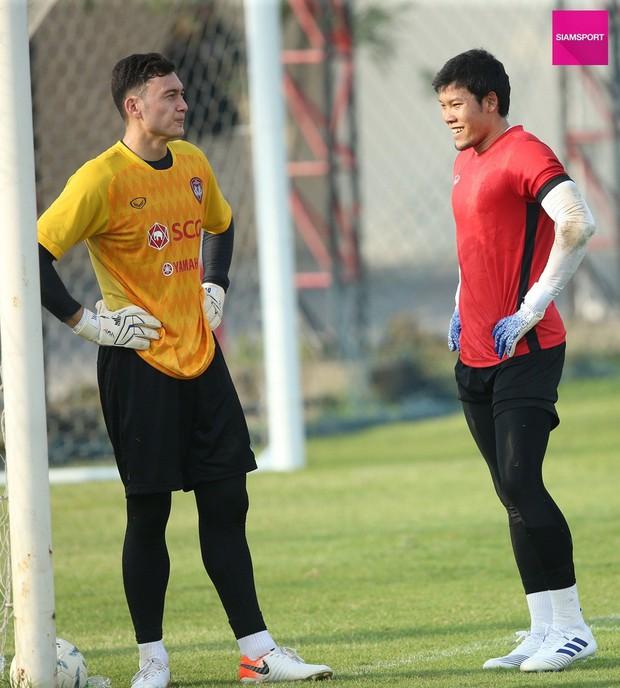 Lâm Tây (thủ môn tuyển Việt Nam) chúc mừng thủ môn Thái Lan sau khi đi vào lịch sử ở Nhật Bản - Ảnh 3.