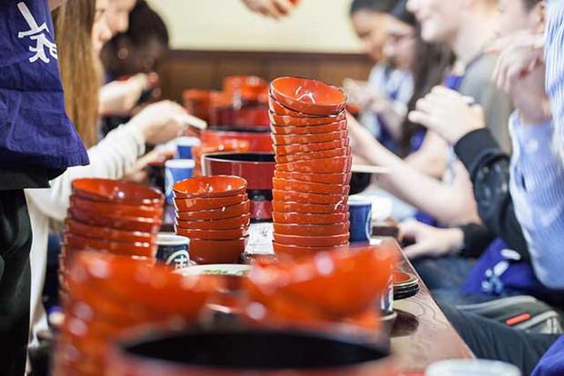 Nhật: trào lưu ăn mì nhanh hơn cả tốc độ trở mặt của người yêu cũ lên hẳn CNN - Ảnh 1.