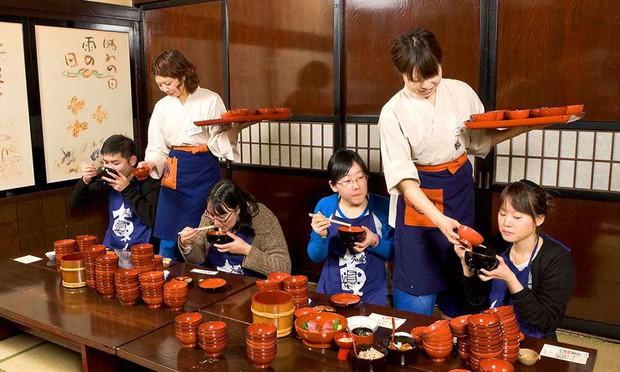 Nhật: trào lưu ăn mì nhanh hơn cả tốc độ trở mặt của người yêu cũ lên hẳn CNN - Ảnh 2.