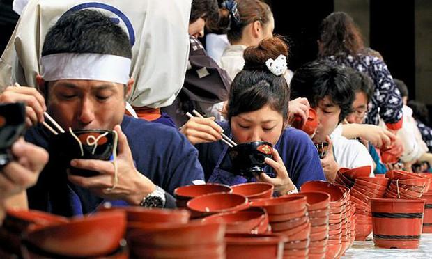 Nhật: trào lưu ăn mì nhanh hơn cả tốc độ trở mặt của người yêu cũ lên hẳn CNN - Ảnh 4.