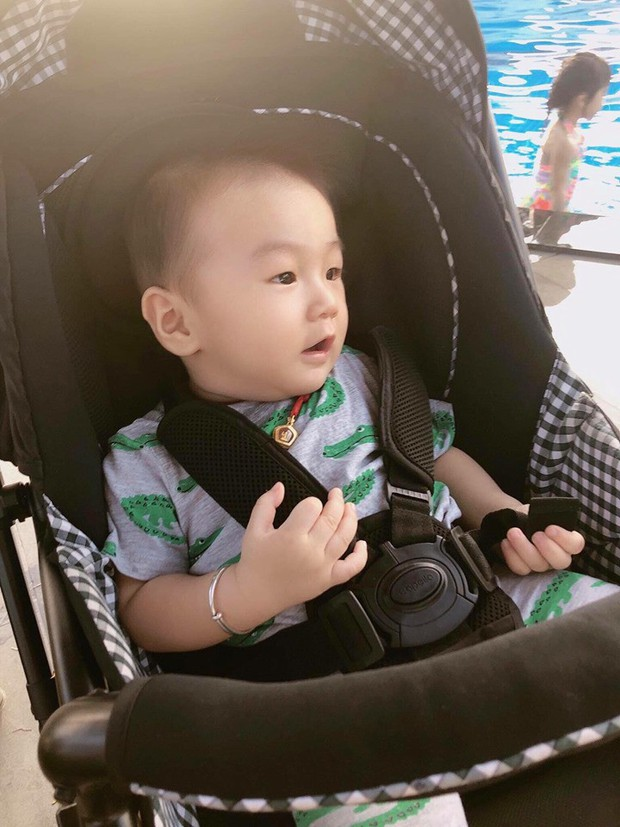 Clip con trai Lâm Khánh Chi nhún nhảy cực đáng yêu trên nền nhạc của nghệ sĩ Hoài Linh dù mới tròn 8 tháng tuổi - Ảnh 4.