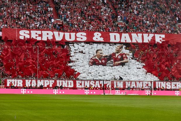 Khoảnh khắc cho thấy vẻ đẹp tuyệt vời của bóng đá: Hai huyền thoại của ông vua nước Đức xúc động nghẹn ngào, rơi lệ khi ghi bàn trong trận đấu cuối - Ảnh 2.