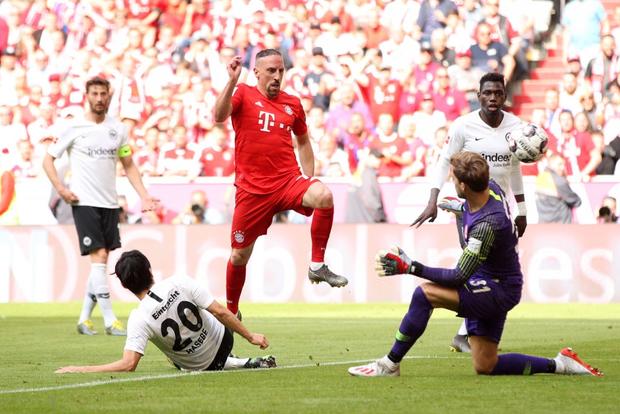 Khoảnh khắc cho thấy vẻ đẹp tuyệt vời của bóng đá: Hai huyền thoại của ông vua nước Đức xúc động nghẹn ngào, rơi lệ khi ghi bàn trong trận đấu cuối - Ảnh 4.