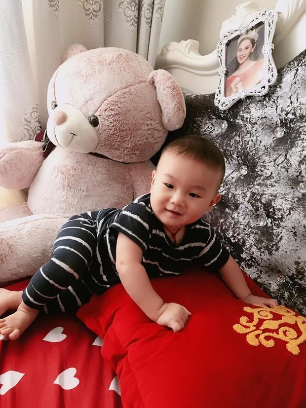 Clip con trai Lâm Khánh Chi nhún nhảy cực đáng yêu trên nền nhạc của nghệ sĩ Hoài Linh dù mới tròn 8 tháng tuổi - Ảnh 3.
