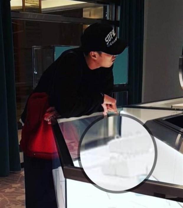 Lộ ảnh tài tử So Ji Sub đi mua nhẫn sau khi công khai với bạn gái kém 17 tuổi, nhưng đây mới là nhân vật được tặng - Ảnh 2.