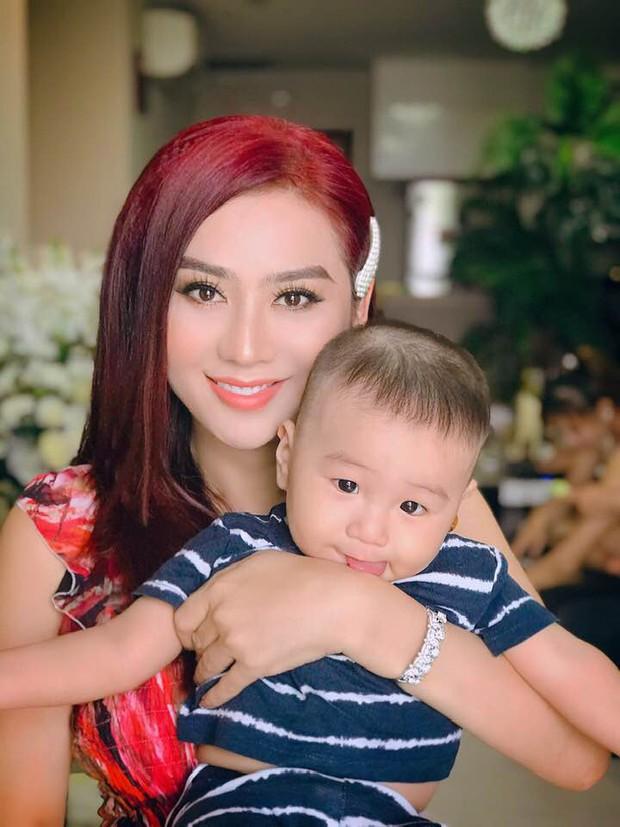 Clip con trai Lâm Khánh Chi nhún nhảy cực đáng yêu trên nền nhạc của nghệ sĩ Hoài Linh dù mới tròn 8 tháng tuổi - Ảnh 2.