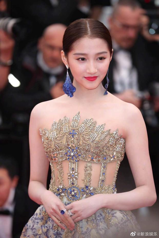 Không có Phạm Băng Băng, đây là nữ thần Trung Quốc đẹp nao lòng, gây bão với truyền thông quốc tế tại Cannes - Ảnh 1.