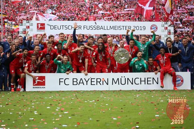 Khoảnh khắc cho thấy vẻ đẹp tuyệt vời của bóng đá: Hai huyền thoại của ông vua nước Đức xúc động nghẹn ngào, rơi lệ khi ghi bàn trong trận đấu cuối - Ảnh 10.