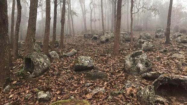Bí ẩn hàng trăm chiếc chum đá của người chết được tìm thấy tại Lào: 2000 năm chưa có lời giải - Ảnh 1.