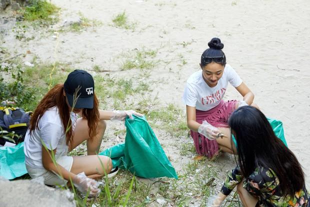 Minh Tú, Hoàng Thùy và dàn mỹ nhân Vbiz chung tay thu gom rác trên đảo hoang ở Vịnh Hạ Long - Ảnh 8.