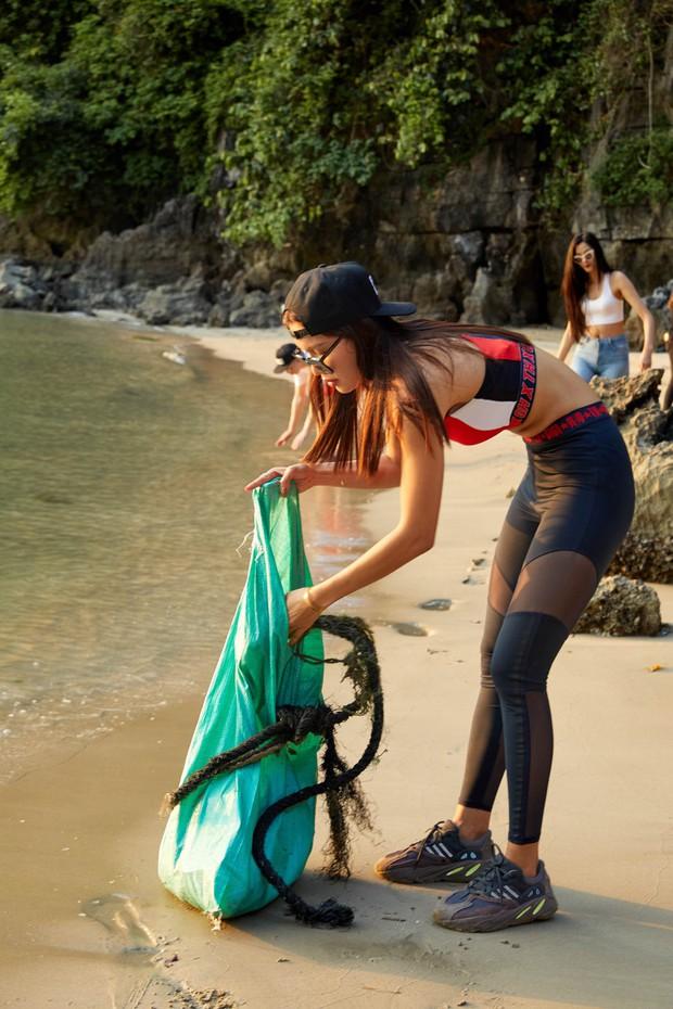 Minh Tú, Hoàng Thùy và dàn mỹ nhân Vbiz chung tay thu gom rác trên đảo hoang ở Vịnh Hạ Long - Ảnh 4.