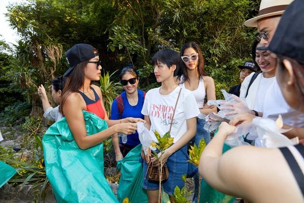 Minh Tú, Hoàng Thùy và dàn mỹ nhân Vbiz chung tay thu gom rác trên đảo hoang ở Vịnh Hạ Long - Ảnh 9.