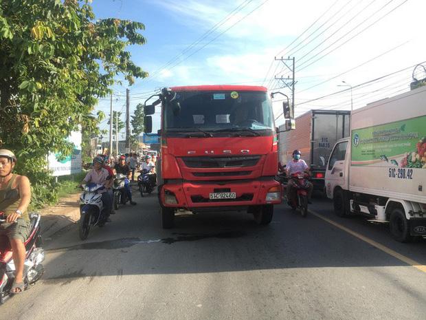 Nam thợ hồ đi xe máy bị xe container cán qua đầu, chết thương tâm ngày cuối tuần - Ảnh 3.