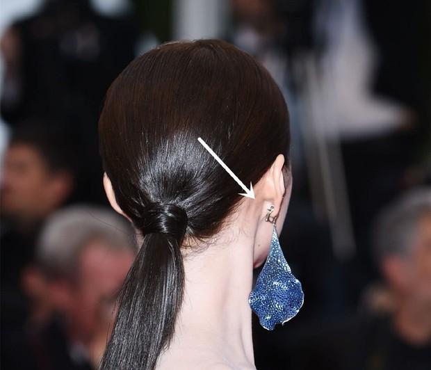 Bóc mẽ 2 mỹ nhân Cbiz tại Cannes: Quan Hiểu Đồng trát phấn loang lổ, lộ bắp tay to, Lưu Đào make up như doạ ma - Ảnh 3.