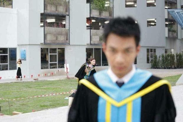 Tút tát bảnh choẹ để chụp ảnh tốt nghiệp, nam sinh khóc ròng khi nhận về toàn hình bản thân mờ tịt làm nền cho gái xinh - Ảnh 1.