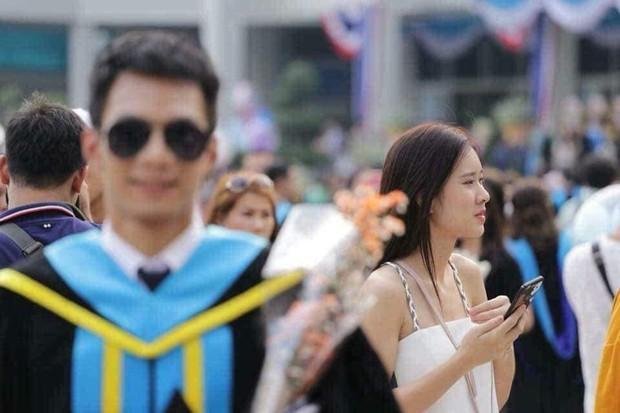Tút tát bảnh choẹ để chụp ảnh tốt nghiệp, nam sinh khóc ròng khi nhận về toàn hình bản thân mờ tịt làm nền cho gái xinh - Ảnh 2.