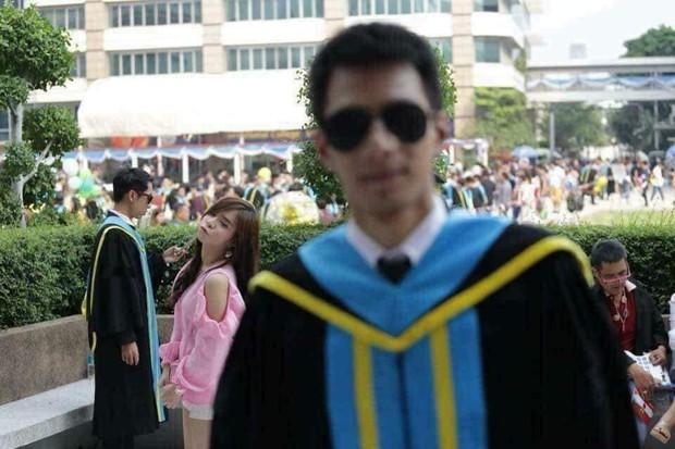 Tút tát bảnh choẹ để chụp ảnh tốt nghiệp, nam sinh khóc ròng khi nhận về toàn hình bản thân mờ tịt làm nền cho gái xinh - Ảnh 3.