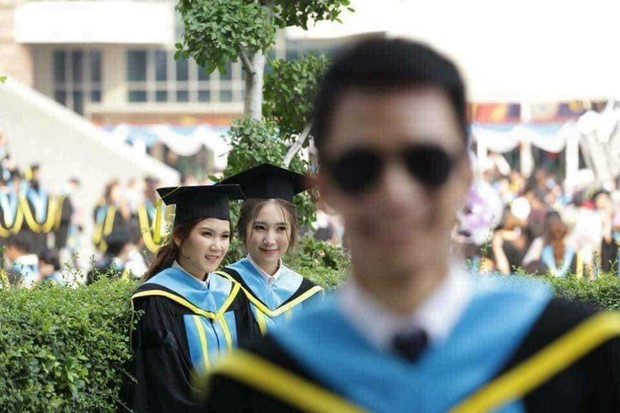 Tút tát bảnh choẹ để chụp ảnh tốt nghiệp, nam sinh khóc ròng khi nhận về toàn hình bản thân mờ tịt làm nền cho gái xinh - Ảnh 4.
