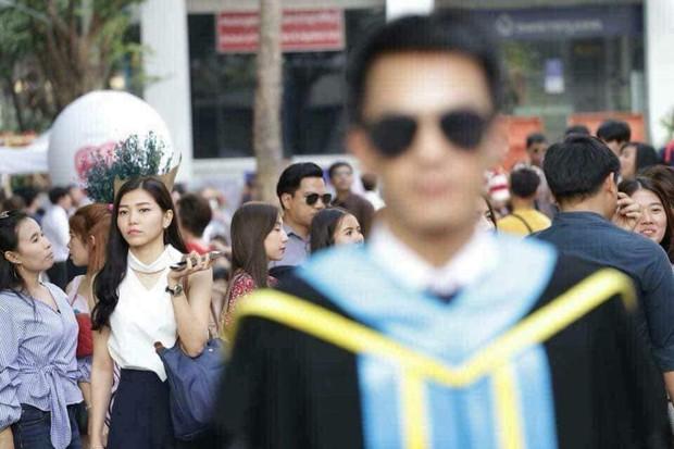 Tút tát bảnh choẹ để chụp ảnh tốt nghiệp, nam sinh khóc ròng khi nhận về toàn hình bản thân mờ tịt làm nền cho gái xinh - Ảnh 5.