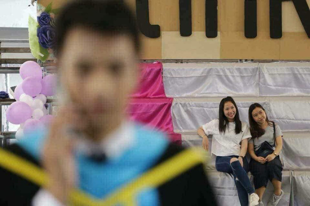 Tút tát bảnh choẹ để chụp ảnh tốt nghiệp, nam sinh khóc ròng khi nhận về toàn hình bản thân mờ tịt làm nền cho gái xinh - Ảnh 6.