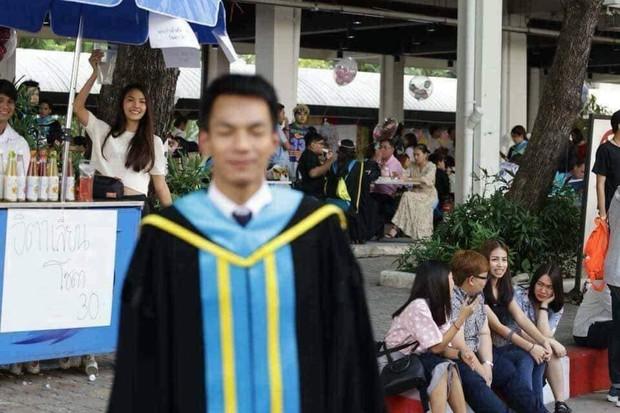 Tút tát bảnh choẹ để chụp ảnh tốt nghiệp, nam sinh khóc ròng khi nhận về toàn hình bản thân mờ tịt làm nền cho gái xinh - Ảnh 7.