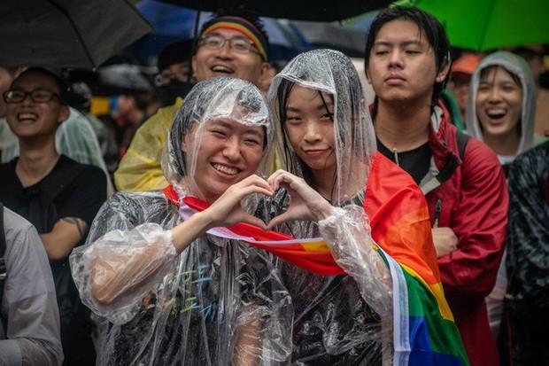 Chùm ảnh: Hàng trăm người vỡ òa cảm xúc khi Đài Loan hợp pháp hóa hôn nhân đồng giới, một lần nữa tình yêu lại giành chiến thắng - Ảnh 14.