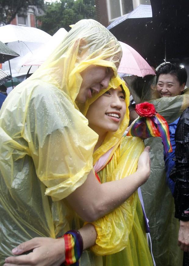 Chùm ảnh: Hàng trăm người vỡ òa cảm xúc khi Đài Loan hợp pháp hóa hôn nhân đồng giới, một lần nữa tình yêu lại giành chiến thắng - Ảnh 17.
