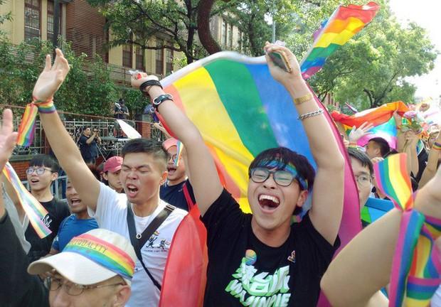 Chùm ảnh: Hàng trăm người vỡ òa cảm xúc khi Đài Loan hợp pháp hóa hôn nhân đồng giới, một lần nữa tình yêu lại giành chiến thắng - Ảnh 18.