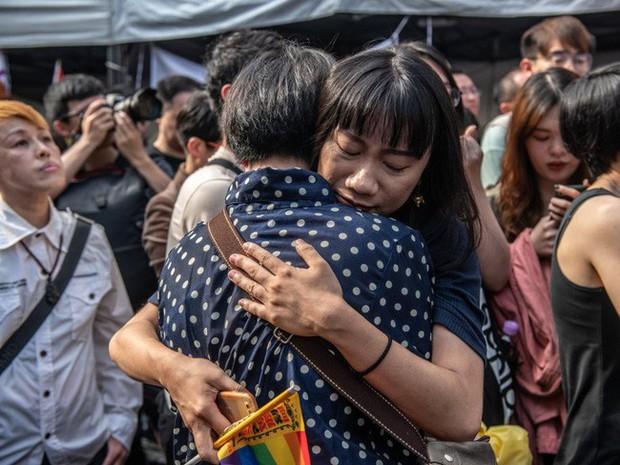 Chùm ảnh: Hàng trăm người vỡ òa cảm xúc khi Đài Loan hợp pháp hóa hôn nhân đồng giới, một lần nữa tình yêu lại giành chiến thắng - Ảnh 7.