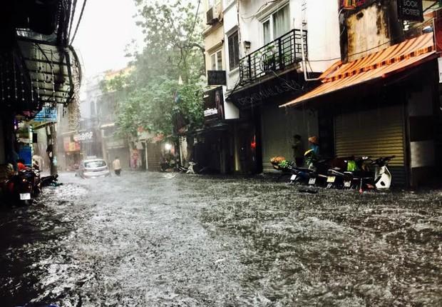 Hà Nội có mưa rào, mưa dông từ chiều mai, chính thức chấm dứt nắng nóng - Ảnh 1.