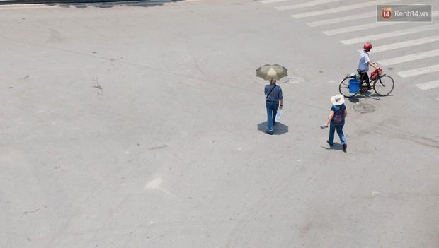 """Mùng 1 Tết có là gì vì đường sá Hà Nội ngày nóng như """"đổ lửa"""" còn vắng hơn nhiều - Ảnh 15."""