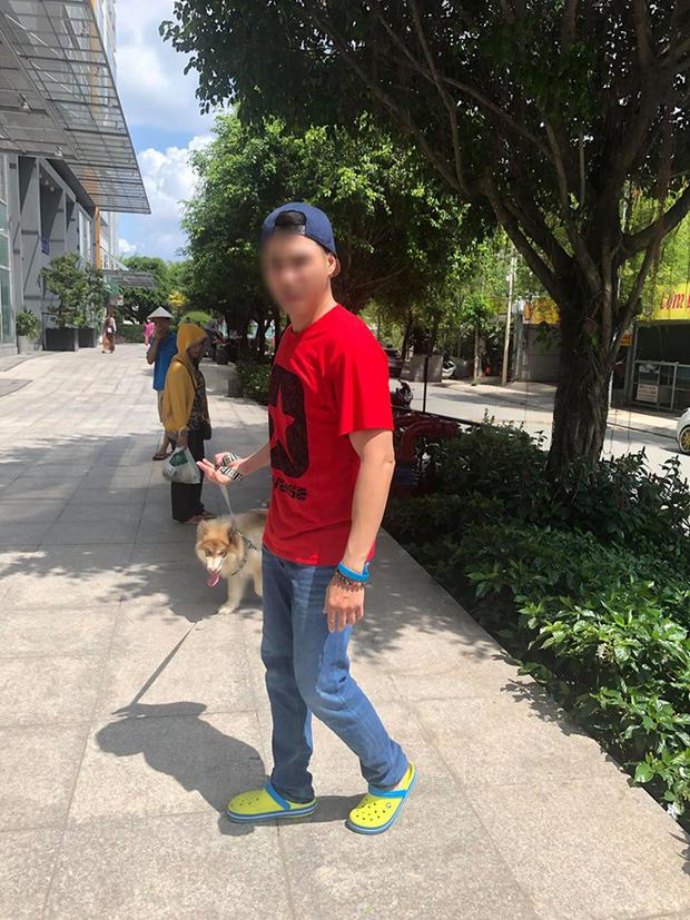 Bị nhắc nhở vì để chó tiểu bậy trong khuôn viên chung cư, nam Việt Kiều xưng mày - tao, hống hách quát nạt bác bảo vệ cùng nhiều người lớn tuổi - Ảnh 1.