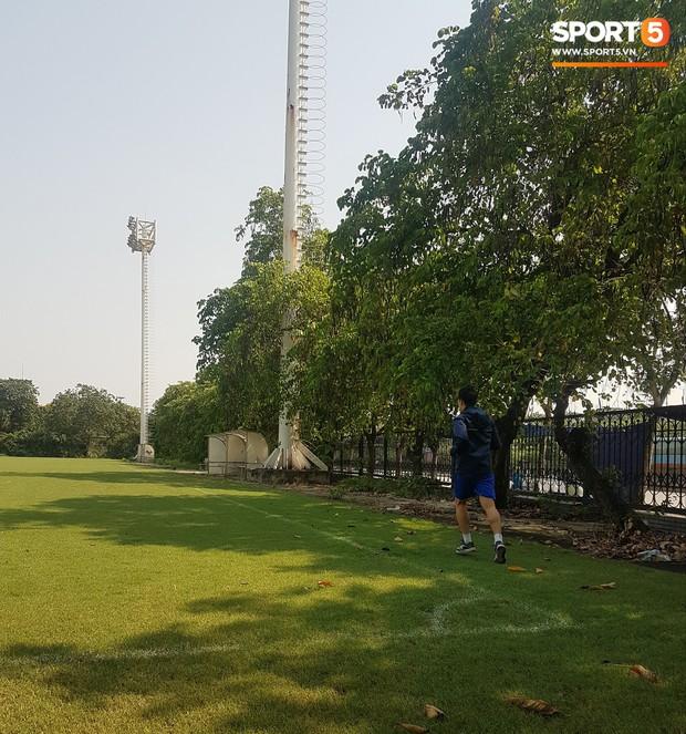 Đình Trọng một mình chạy nhồi thể lực giữa trưa nắng 40 độ C - Ảnh 2.