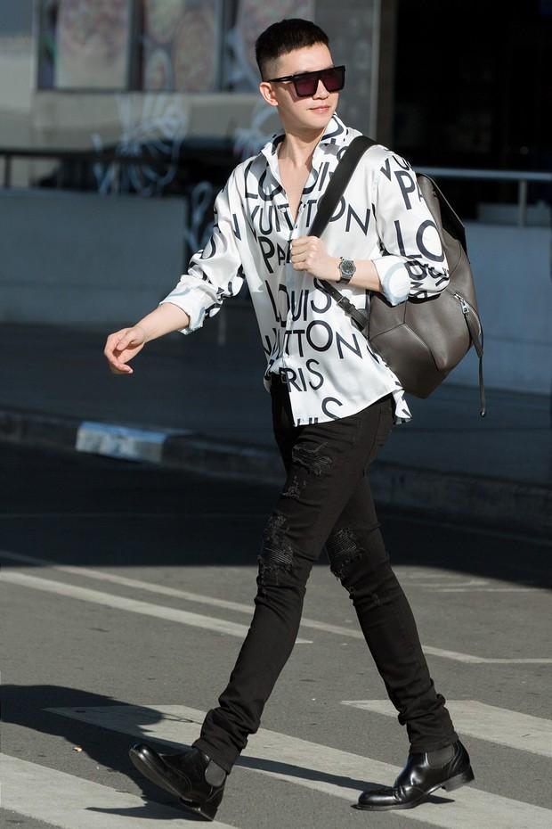 Võ Cảnh xuất hiện nổi bật và cực điển trai tại sân bay sang Pháp dự Liên hoan phim Cannes - Ảnh 1.