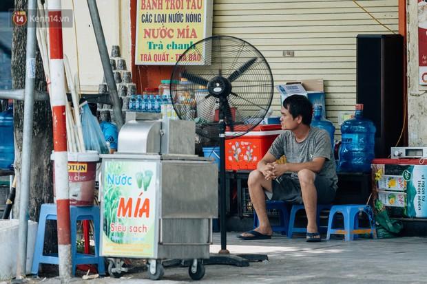 Người lao động ở Hà Nội vật vã chống chọi với nắng nóng trên 40 độ C, chỉ mong trời dịu mát phần nào - Ảnh 10.
