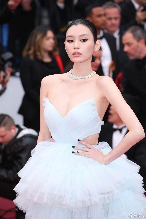Vòng eo ngấn mỡ tại Cannes là minh chứng cưới chạy bầu của Ming Xi với thiếu gia tỷ đô Hà Du Quân? - Ảnh 2.