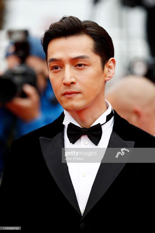Thảm đỏ Cannes nhường spotlight cho Nick Jonas cung phụng Hoa hậu, Sui He gây sốc như không mặc gì - Ảnh 26.